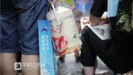 首日上午考试即将结束,一名考生家长为孩子送来午饭