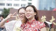 走出考场的考生与母亲微笑合影