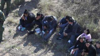 """美边境在押非法移民遭遇非人待遇 处境""""骇人"""""""