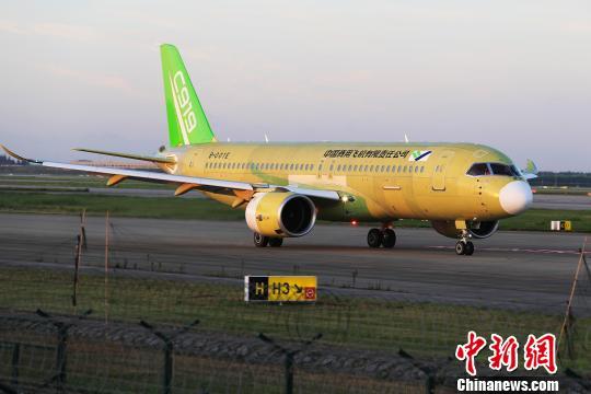 中国商飞C919大型客机104架机在上海浦东国际机场滑行道上滑行。 殷立勤 摄