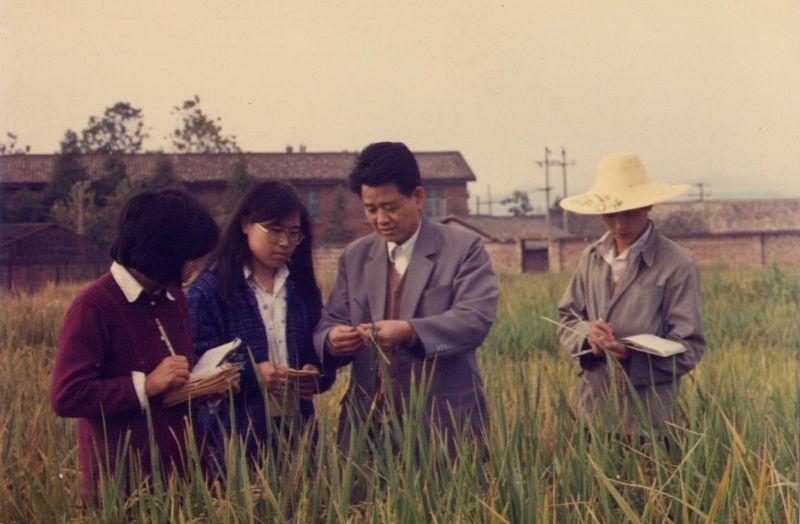 在萍乡农科所与科技人员一起试验观察