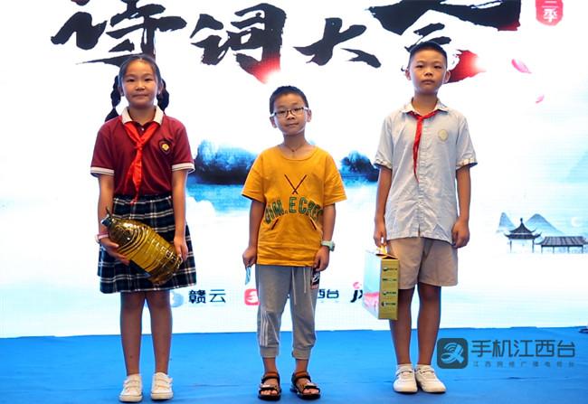 恒大悦龙台为前三名人气选手送上礼品