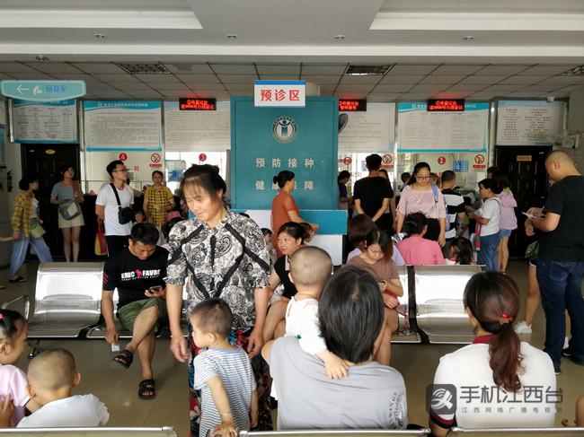 青山湖区疾控中心预防接种门诊挤满了群众(记者陶望平 摄)