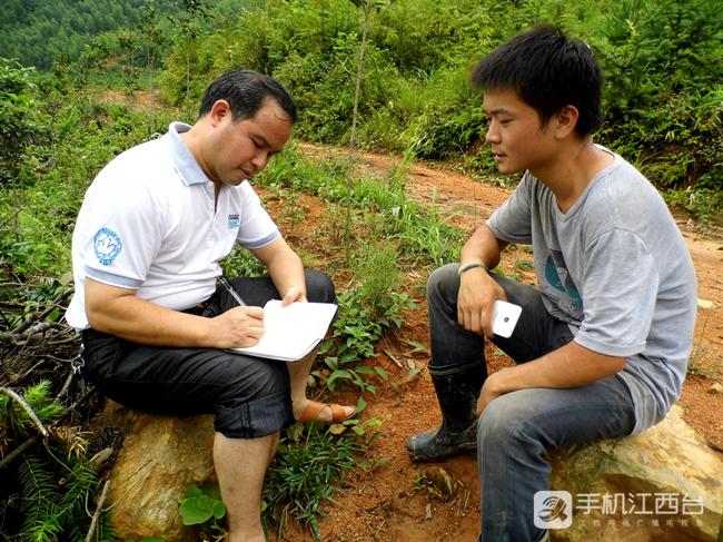 (1)2017年历月,余书福在大余县吉村镇采访大学毕业生深山养鸡的故事