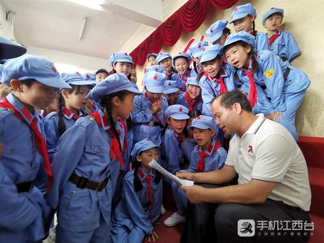 (3)2019年6月15日,在兴国县萧华红军小学与小红军合唱团一起唱红歌。