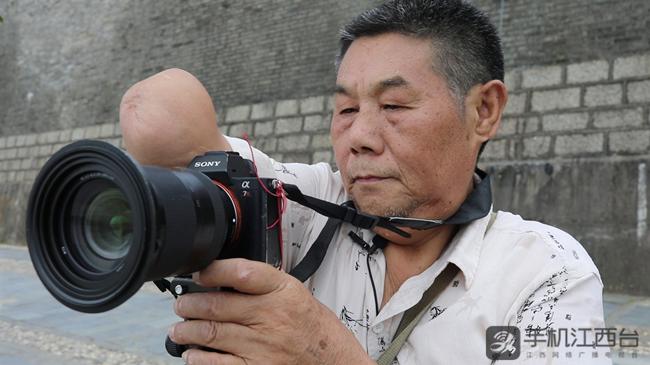 2018年,古稀之的胡师文独臂摄影乐在其中