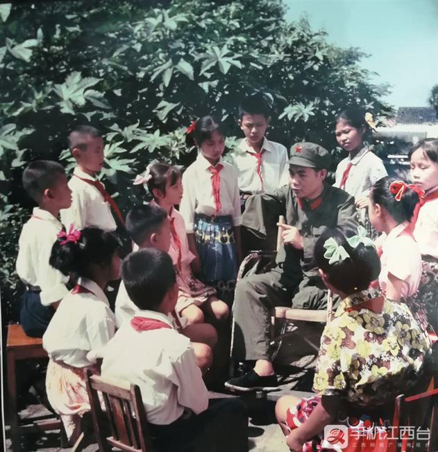 1978年,胡师文向少先队员作事迹宣讲报告