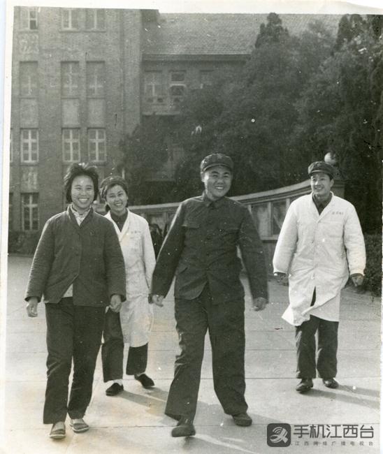 1979年元月,胡师文在九四医院安装假肢后练习行走