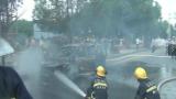 行驶途中小车车头突然冒烟车体瞬间烧塌 分宜消防快速消灭火灾