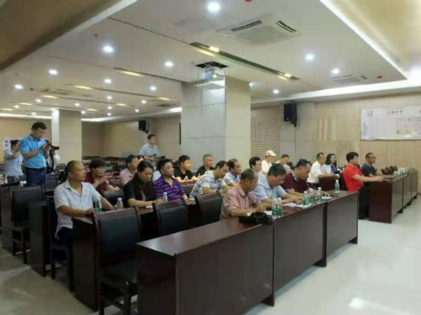 采风团成员听取行政服务中心负责人介绍全县行政服务工作成果