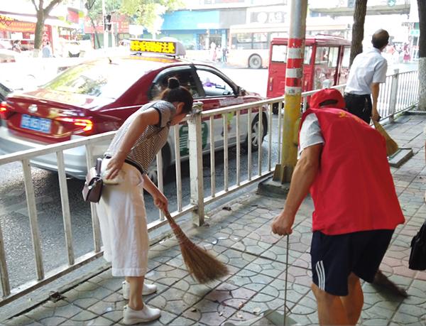 志愿者对绿化带、道路上的杂物进行了卫生清理