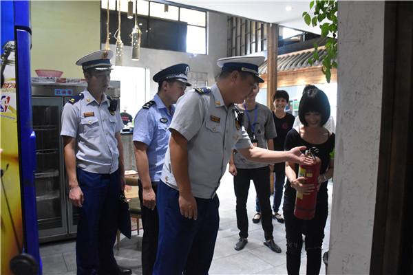 现场要求店员演示使用灭火器(安福县消防救援大队供图)