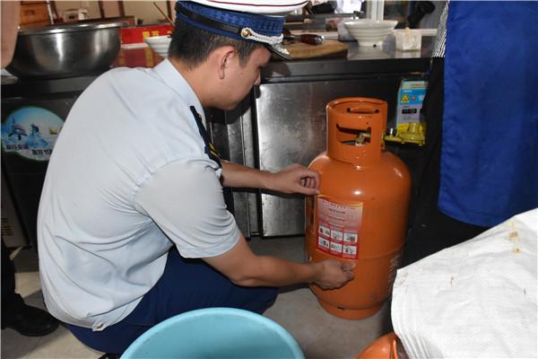 张贴液化气钢瓶安全防火指南(安福县消防救援大队供图)