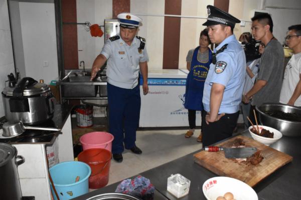 执法人员对餐馆进行突击检查(安福县消防救援大队供图)