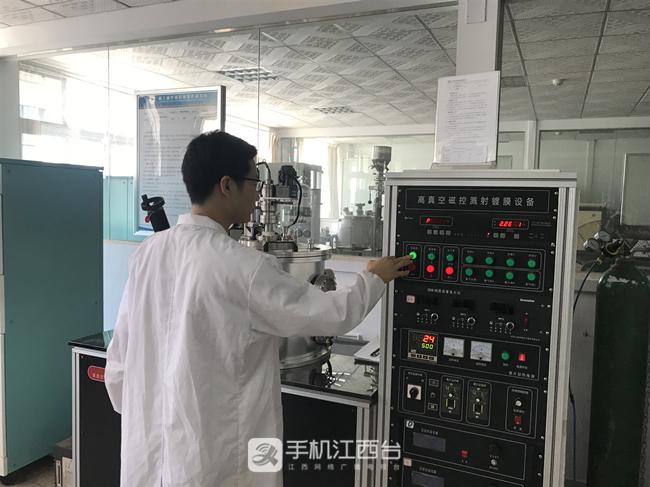 操作磁控溅射设备制备薄膜样品