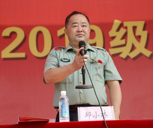 荣誉校长、理事长邱小林教授宣布 2019 级新生军训汇操 暨开学典礼开始