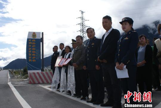 """西藏""""爱路护路模范乡镇""""揭牌"""