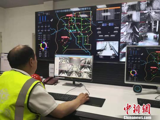 图为白银综合地下管廊总控室工作人员正在进行氧气、湿度、温度等监测。 高康迪 摄