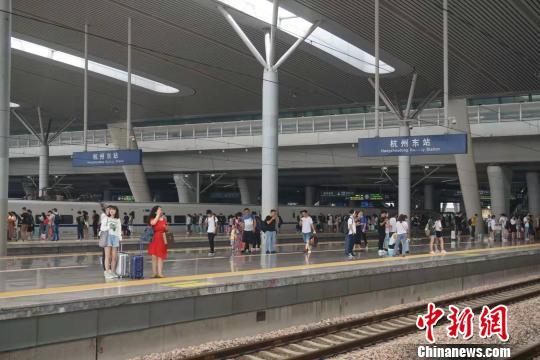 杭州东站站台。 张煜欢 摄