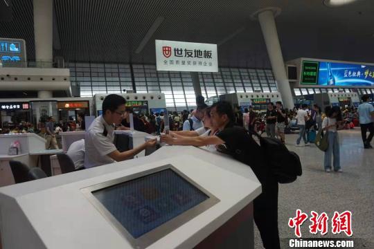 旅客在服务台前问询。 张煜欢 摄