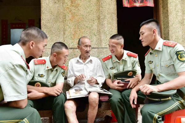 抗战老兵张春华给新干武警中队官兵讲抗战经历_wps图片