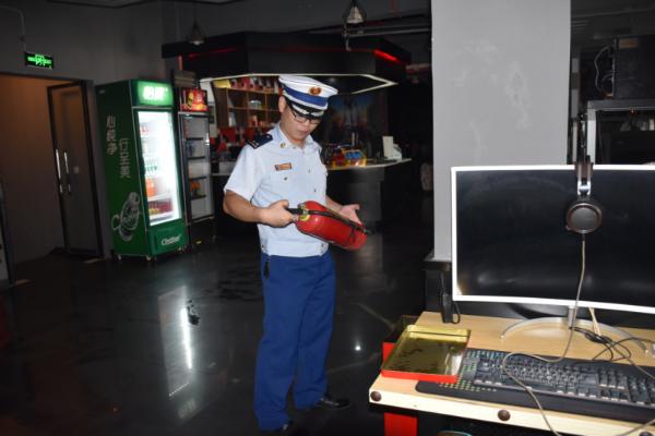 对灭火器进行检查(安福消防大队供图)