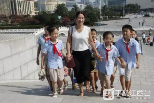 带领留守儿童参观八一纪念塔