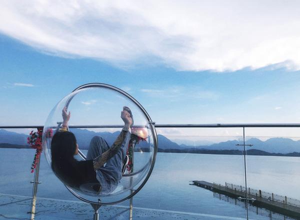 玻璃吊椅 庐山西海巾口景区供图