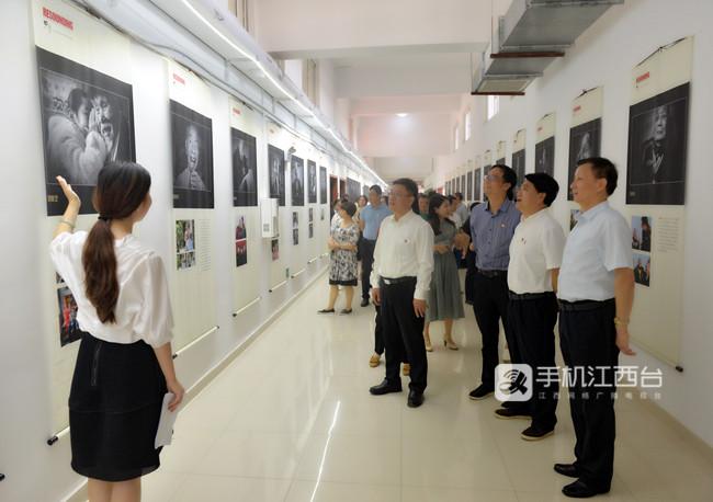 豫章师范学院党委书记贺瑞虎、校长李文龙等校领导同90位老红军人物肖像的拍摄者夏一军一同参观了摄影展 1