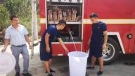 安福部分地区干旱 消防官兵送水到户解民忧