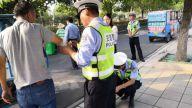 【暖新闻·江西2019】遂川:拐的司机交通事故受伤 交警化身白衣天使包扎伤口