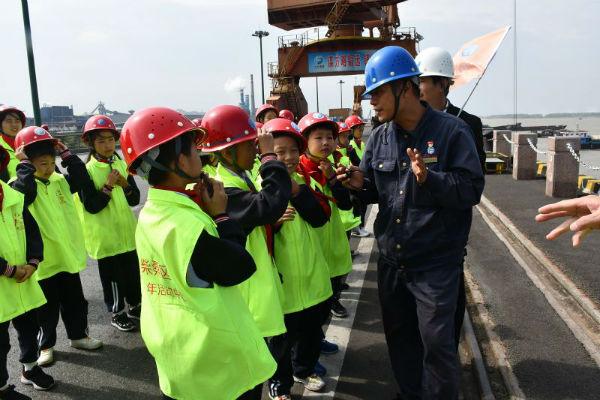 走出教室课堂,探访现代钢厂 配图2(同学们观看产品发运)