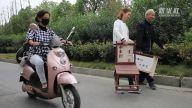 """【暖新闻·江西2019】""""车未到 坐一坐"""" 78岁老人自制木椅放公交站"""