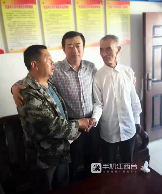 1 老况(左)、湾里区副区长、公安分局局长卢汉琳(中)、老熊(右)_副本