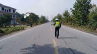 袁州:女子躺在国道抽搐 交警发现紧急救援