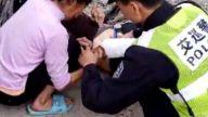 遂川:老人手被压轮胎下 警民及时救援