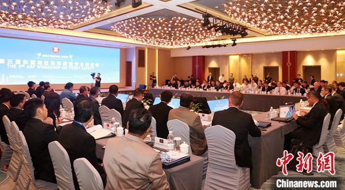 第三届东盟地区论坛(ARF)渡运安全研讨会在广州开幕。来自亚太地区18个国家的海事和外交官员、国际海事组织、联合国亚洲及太平洋经济社会委员会、国际渡运协会、世界海事大学以及中国航运界的专家学者共102名代表参会。<a target='_blank' href='http://www.chinanews.com/'>中新社</a>发 周明耀 摄
