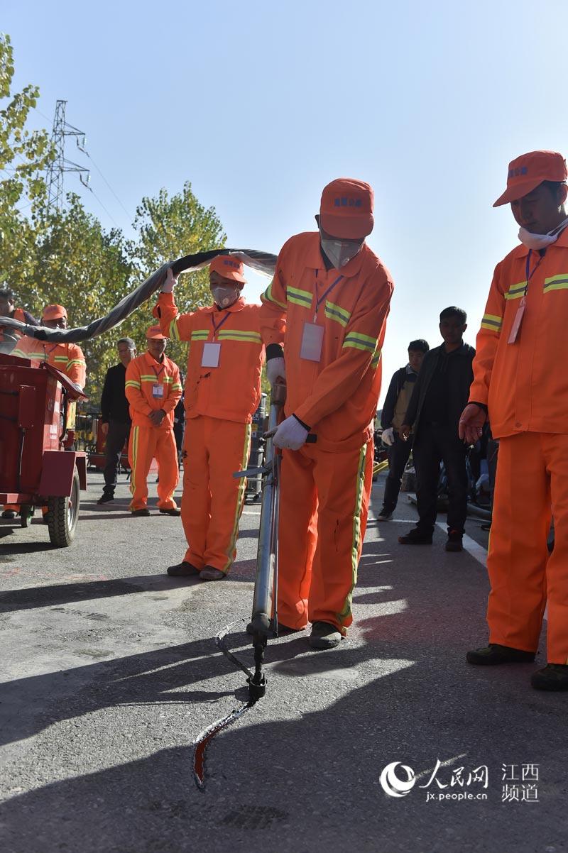 工匠在沥青路面灌缝。张志斌摄