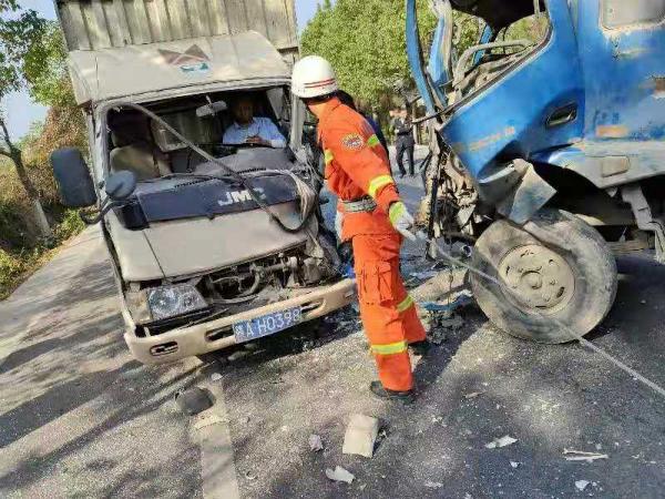两车相撞一人被困 安福消防紧急救援
