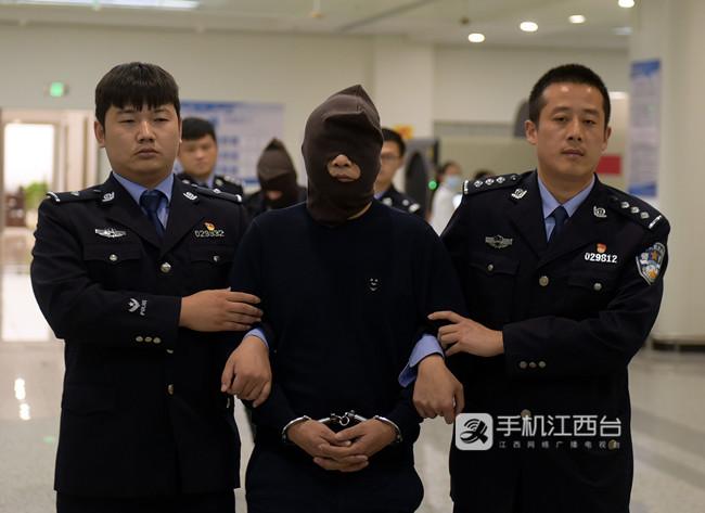 江西警方将逃犯从柬埔寨羁押回国