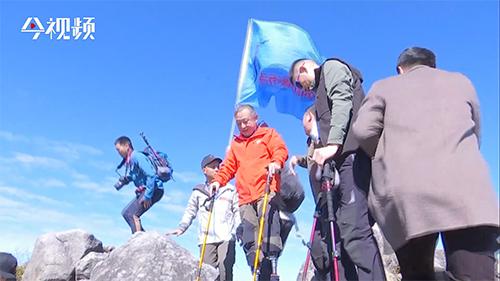 他曾用一对假肢征服珠峰!《攀登者》胡歌原型 夏伯渝老人打卡三清山