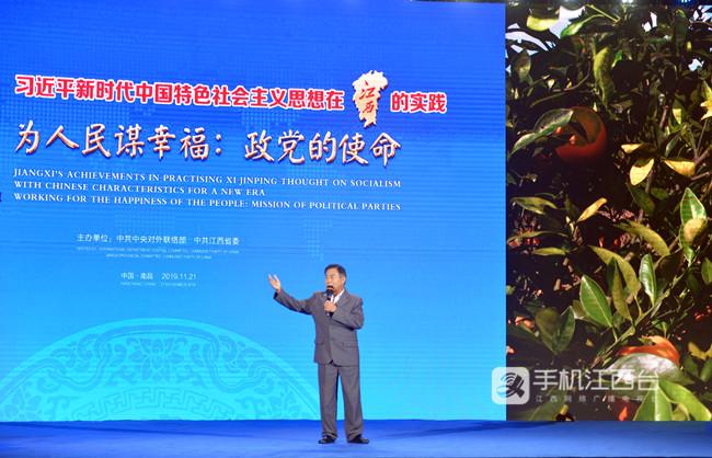 """脐橙种植户邓大庆高兴地说:""""这脐橙可是我脱贫致富的黄金果!""""记者陶望平 摄"""