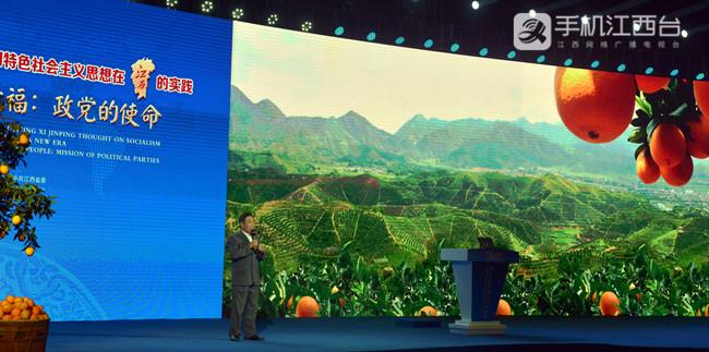 邓大庆在分享自己脱贫致富的故事。记者陶望平 摄