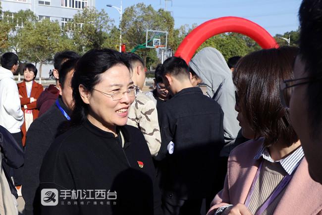 院党委书记姚小英与企业代表亲切交谈