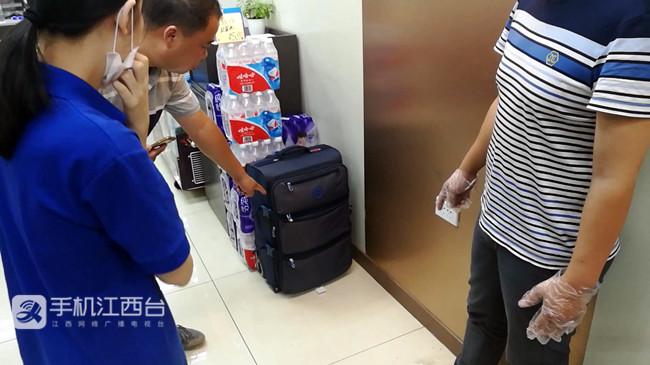 专案组民警在便利店内查获被盗行李箱_副本