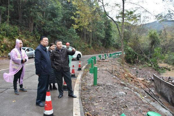 九江市公路局党委书记、局长赵优生深入永修视察滩宝线水毁修复工作