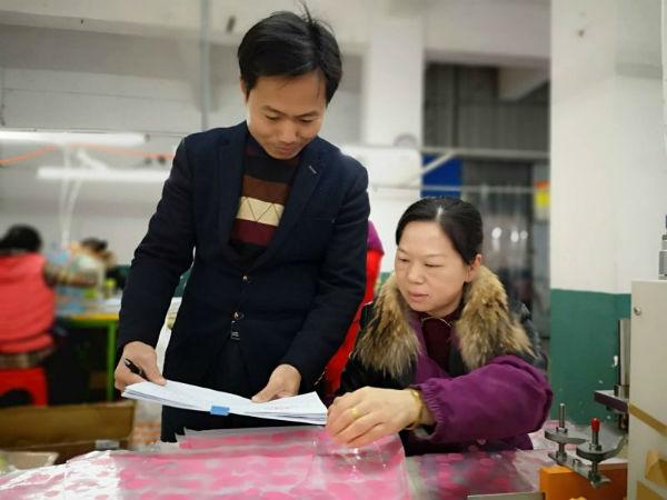 图为11月28日,园区干部在吉水同兴伞厂向员工了解情况