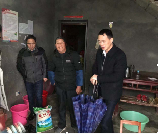 市(区、镇)人大代表冯胜东走访慰问贫困户