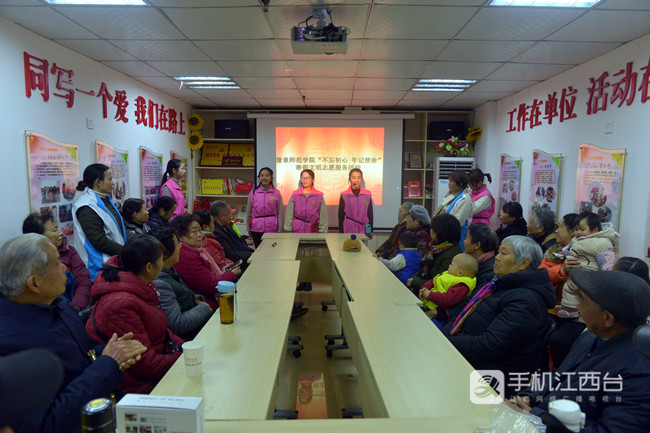 豫章师范学院同心讲学团的宣讲员们在南昌青山湖区塘山镇高新社区宣讲
