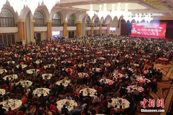 资料图:2019年2月江苏江阴长江村邀3000余名村民共享团圆年夜饭。 高静 摄